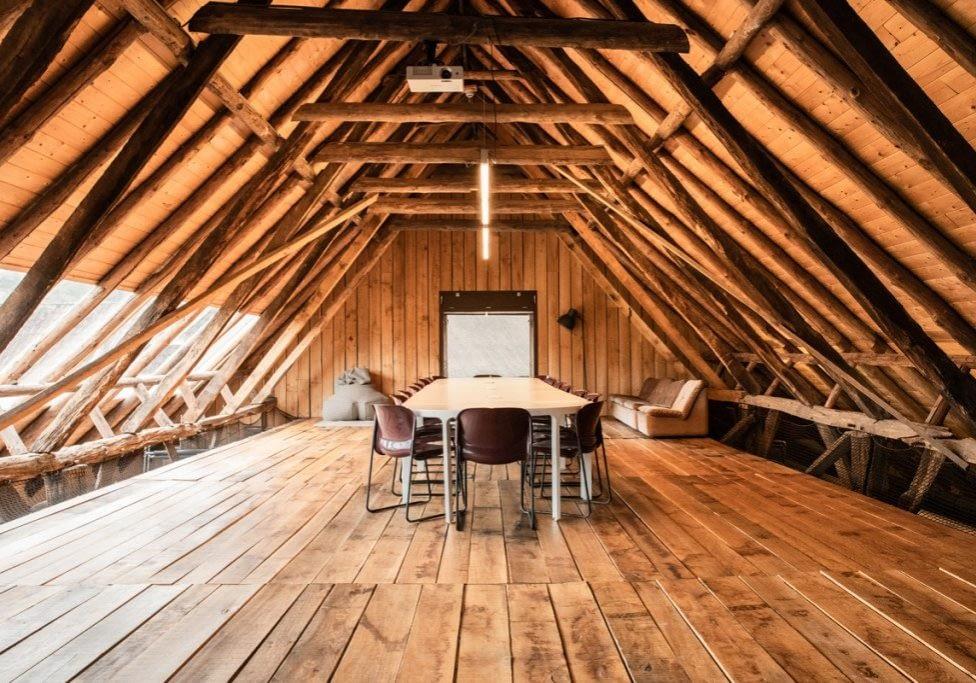 Authentieke houten zolder voor yoga